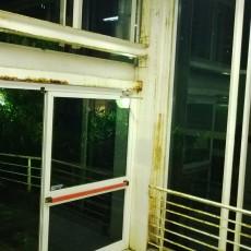 alcune fotografie che mostrano le condizioni dell'ingresso principale del padiglione di Chirurgia-Ortopedia del presidio ospedaliero San Salvatore di Pesaro. .