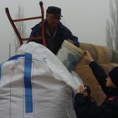 allevatore che riceve il mangime dai Carabinieri forestali