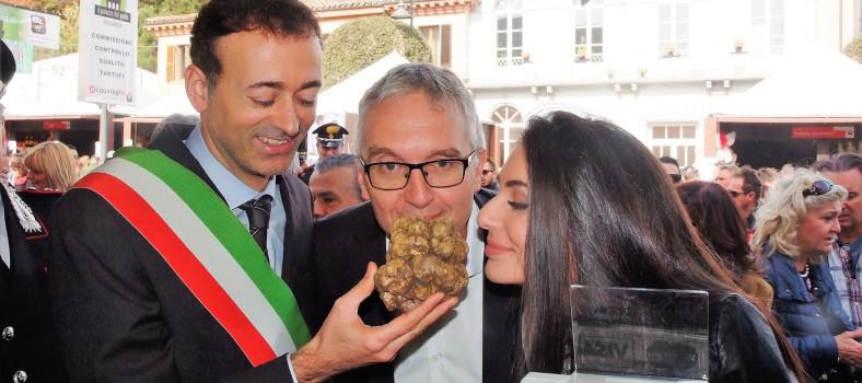 Miss Italia Coraggio e il Presidente Ceriscioli sentono il profumo del tartufo