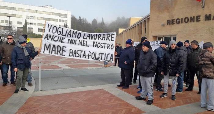 Pesca: protesta con sit-in dei vongolari ad Ancona presso la Regione Marche